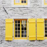 黄色いドアと窓